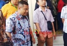 PERKARA SUAP PROYEK TOWER: Mustofa Kamal Pasa (kiri) mulai diadili di Pengadilan Tipikor Surabaya dalam perkara suap proyek tower, Jumat (14/8). | Foto: Barometerjatim.com/NANTHA LINTANG