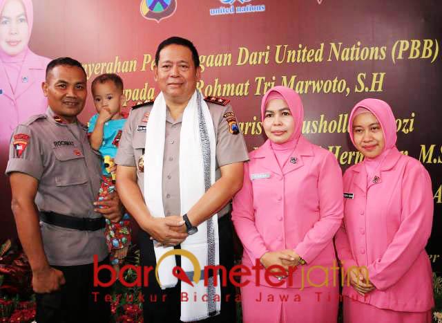 TELADAN: Ipda Rochmat (gendong anak asuhnya) bersama Irjen Pol Luki Hermawan usai menerima penghargaan dari PBB, Senin (15/10). | Foto: Barometerjatim.com/NATHA LINTANG
