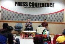 KLARIFIKASI: Muhammad Fikser (depan kiri) saat memberikan klarifikasi terkait dugaan pengusiran wartawan. | Foto: Barometerjatim.com/RADITYA DP