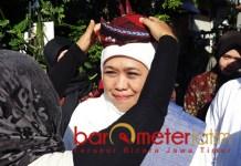 BLANGKON SUROBOYOAN: Warga menyambut hangat kehadiran Khofifah Indar Parawansa di Kampung Lawas Maspati, Surabaya saat peringatan Hari Santri Nasional, Senin (22/10). | Foto: Barometerjatim.com/ROY HASIBUAN