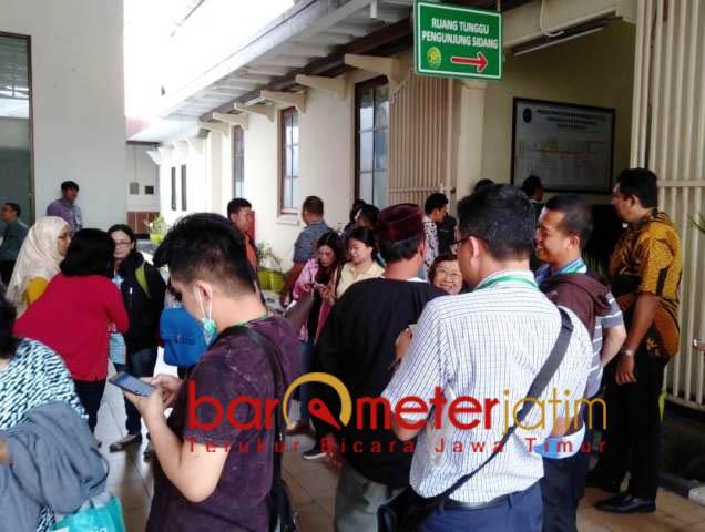 KAWAL PERKARA SIPOA: Sejumlah orang korban apartemen Sipoa Group di Pengadilan Negeri (PN) Surabaya, Kamis (11/10). | Foto: Barometerjatim.com/ABDILLAH HR