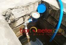 LAYANAN BURUK: Di saat air sering mampet dan harus pakai alat bantu untuk menyedot, PDAM Lamongan masih bebani pelanggan dengan kenaikan tarif. | Foto: Barometerjatim.com/HAMIM ANWAR