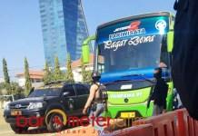 PENGAWALAN KETAT: Bus yang mengangkut 23 tersangka teroris menunju Bandara Juanda untuk dibawa ke Jakarta, Senin (15/10). | Foto: Barometerjatim.com/NATHA LINTANG