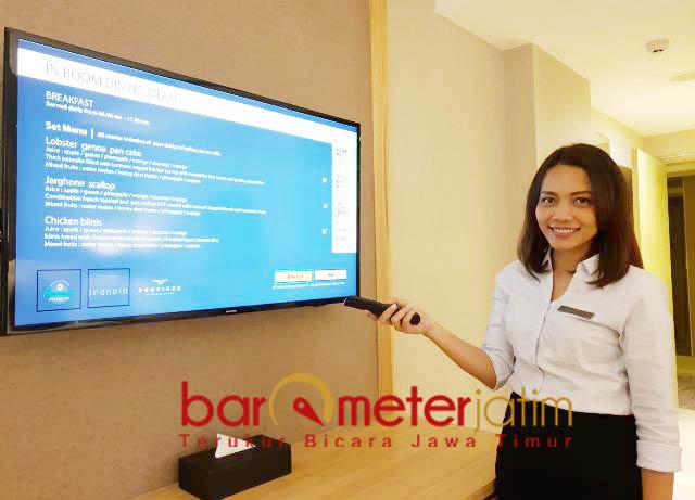 CUKUP PENCET REMOTE: Christina Helen menunjukkan layanan berbasis digital di Grand Dafam Surabaya Hotel.   Foto: Barometerjatim.com/WIRA HARLIJADI
