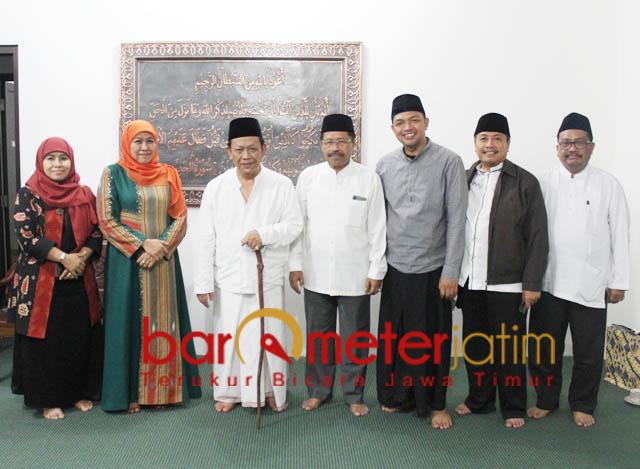 DIRESTUI KIAI MUNIF: Pengurus JKSN foto bersama KH Munif Zuhri di Ponpes Girikusumo, Banyumeneng, Demak, Jateng. | Foto: Barometerjatim.com/ROY HASIBUAN