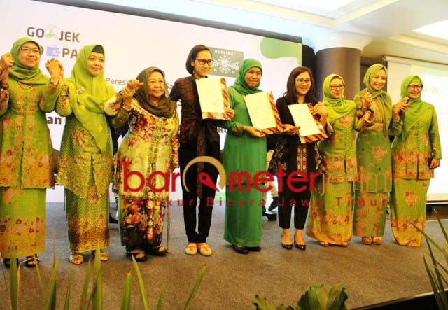 SEMANGAT WIRAUSAHA: Khofifah dan pengurus PP Muslimat NU usai meneken kerja sama dengan Go-Jek dan Go-Pay di Bandung.   Foto: Barometerjatim.com/ROY HASIBUAN
