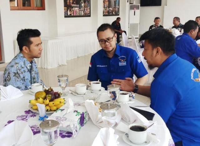 MUDA DAN DINAMIS: Bayu Airlangga (tengah) berbincang serius dengan Sekretaris Demokrat Jatim, Renville Antonio (kanan) dan Wagub Jatim terpilih, Emil Dardak. | Foto: IST