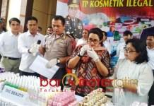 KOSMETIK OPLOSAN: Petugas menunjukkan barang bukti kosmetik oplosan yang disita dari Kediri di Mapolda Jatim, Selasa (4/12). | Foto: Barometerjatim.com/NATHA LINTANG