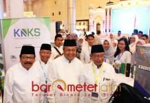 KUNJUNGI STAN: Soekarwo (kiri) bersama gubernur BI dan Menko Perekonomian mengunjungi stand Pada Acara ISEF Shari'a Fair 2018 di Surabaya. | Foto: Barometerjatim.com/ABDILLAH HR