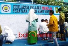TANDA TANGAN PENOLAKAN: Pelajar dan guru SMA Muhammadiyah Babat, Lamongan, menolak perayaan Tahun Baru Masehi 2019, Sabtu (15/12). | Foto: Barometerjatim.com/HAMIM ANWAR