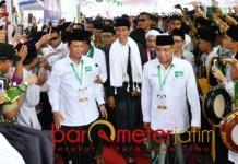 Jokowi dan Kiai Said (kanan) hadir di arena pembukaan Munas dan Konbes NU. | Foto: Barometerjatim.com/syaiful kusnan