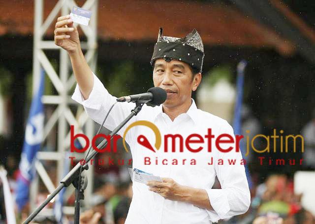 Jokowi promosi tiga kartu sakti saat kampanye di Banyuwangi. | Foto Barometerjatim.com/marjan ap