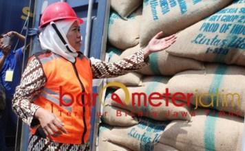 Khofifah meninjau produk yang akan diekspor, Kamis (21/3/2019). | Foto: Barometerjatim.com/roy hs