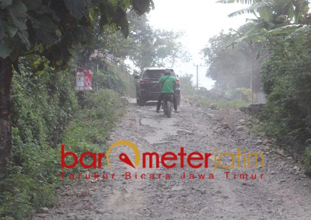 Mobil yang dinaiki Khofifah melewati jalan hutan di Nganjuk. | Foto: Barometerjatim.com/roy hs