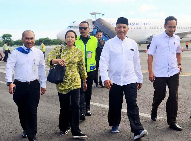 Arum Sabil mendampingi Menteri BUMN, Rini Soemarno yang sudah dianggapnya kakak kandung. | Foto: Ist