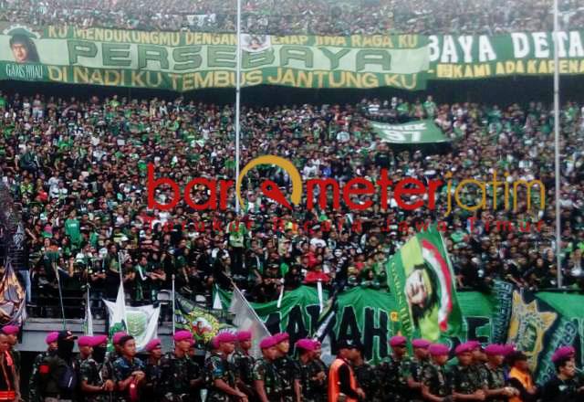 Bonek habis-habisan mendukung perjuangan di setiap laga Persebaya.   Foto: Barometerjatim.com/dani iqbaal