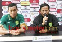Djajang Nurdjaman (kanan) dan bek Syaifuddin jelang jamu Madura United. | Foto: Barometerjatim.com/dani iqbaal
