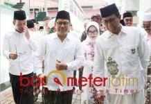 Halim Iskandar (kanan), Cak Imin dan Hanif Dhakiri (kiri) usai ziarah Makam Sunan Ampel. | Foto: Barometerjatim.com/roy hs