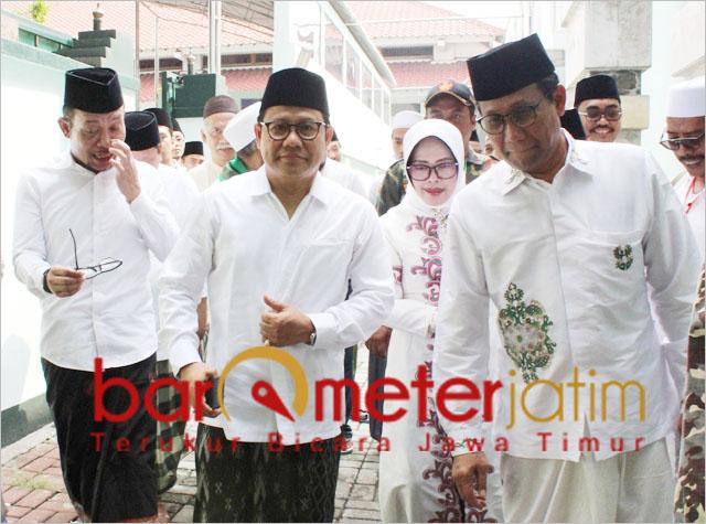 Halim Iskandar (kanan), Cak Imin dan Hanif Dhakiri (kiri) usai ziarah Makam Sunan Ampel.   Foto: Barometerjatim.com/roy hs