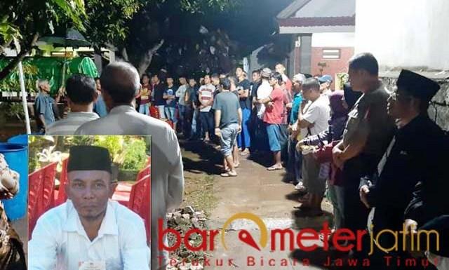 Suasana pemandian jenazah anggota KPPS yang meninggal. Inset: Edi Supandi. | Foto: Barometerjatim.com/hamim