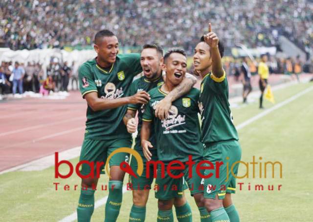 Selebrasi Irfan Jaya usai mencetak gol ke gawang Arema. | Foto: Barometerjatim.com/dani iqbaal