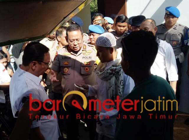 Luki Hermawan pimpin sweeping peserta people power yang akan ke Jakarta.   Foto: Barometerjatim.com/natha lintang
