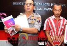 Frans Barung tunjukkan postingan Hairil yang mengancam bunuh Jokowi. | Foto: Barometerjatim.com/natha lintang