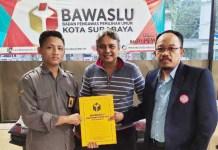 SCG dilaporkan ke Bawaslu Surabaya atas dugaan pelanggaran lembaga survei. | Foto: Ist