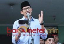 Sandiaga Uno berorasi di depan kantor BPP Jatim Surabaya. | Foto: Barometerjatim.com/roy hs