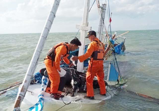 PENCARIAN KORBAN: Tim Basarnas Surabaya melakukan pencarian korban KM Arum Jaya. | Foto: IST