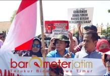 TOLAK ZONASI PPDB: Salah satu poster yang diusung demonstran. Minta Khofifah bersikap tegas. | Foto: Barometerjatim.com/ABDILLAH HR