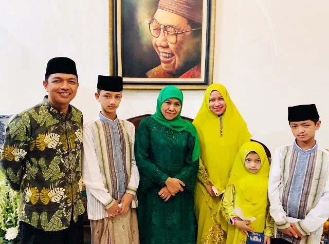 DIRESTUI KHOFIFAH?: Gus Hans (kiri) dan keluarganya saat menghadiri open house Khofifah di Jemursari, Surabaya. | Foto: IST