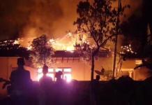 DIBAKAR MASSA: Kantor Mapolsek Tambelangan, Sampang, Madura dibakar massa, 22 Mei 2029. | Foto: IST