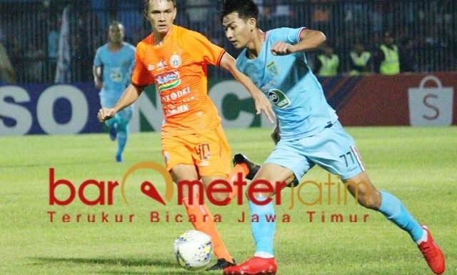 LOYO DI KANDANG: Pemain Persela, Malik Rizaldi (biru) berusaha melewati pemain Persija Jakarta. | Foto: Barometerjatim.com/DANI IQBAAL