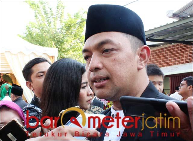 UCAPAN SELAMAT: Gus Hans beri ucapan selamat untuk Awi yang ditunjuk memimpin PDIP Surabaya. | Foto: Barometerjatim.com/ROY HS
