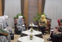 TURUNKAN ANGKA STUNTING: Khofifah menerima audiensi PD IBI Jatim di kantor gubernur Jatim. | Foto: IST