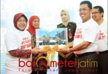 ASET NEGARA: Kajati Jatim, Sunarta (kanan) menyerahkan YKP pada Tri Rismaharini.   Foto: Barometerjatim.com/ABDILLAH HR