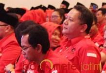 ELEKTABILITAS RENDAH: Whisnu (kanan) dan Awi saat Konfercab PDIP Surabaya. | Foto: Barometerjatim.com/ROY HS