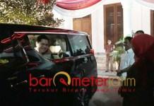 BERTAMU KE GRAHADI: Diantar Khofifah, Erick Thohir meninggalkan Grahadi sekitar pukul 22.05 WIB. | Foto: Barometerjatim.com/ROY HS