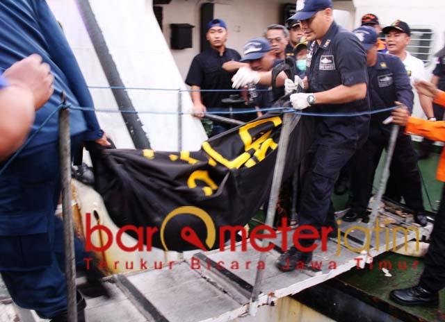 EVAKUASI: Salah satu jenazah korban kapal terbakar dievakuasi dari KN Chundamani. | Barometerjatim.com/ROY HS