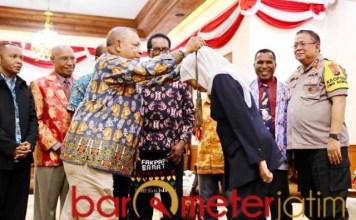 SIMBOL PERDAMAIAN: Pendeta Papua menghadiahi Khofifah sebuah noken. | Foto: Barometerjatim.com/MARIJAN