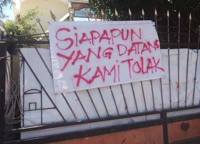 TOLAK DIKUNJUNGI SIAPAPUN: Spanduk penolakan mahasiswa Papua di Surabaya dikunjungi siapapun.   Foto: IST