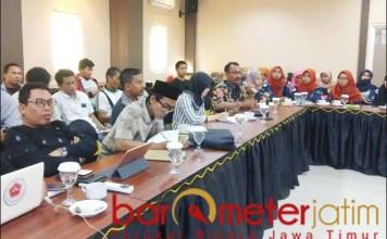 PRO KONTRA: FGD membahas pro kontra pendirian pabrik pengolahan limbah B3 di Lamongan.   Foto: Barometerjatim.com/HAMIM ANWAR
