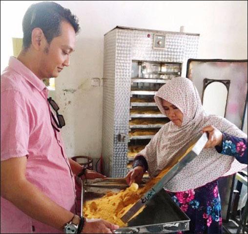 JAMU HERBAL: Program Kemitraan Masyarakat (PKM) Unesa di Pasuruan melibatkan UKM jamu herbal. | Foto: Ist