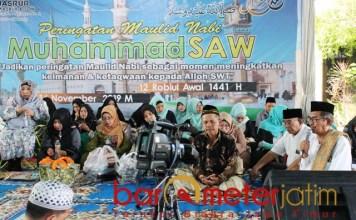 MAULIDAN: Haji Masnuh (dua dari kanan) saat Maulidan dan Ultah perusahaan. | Foto: Barometerjatim.com/ROY HS