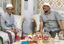 SIDOGIRI: Anwar Sadad (kanan) bersama Pengasuh Ponpes Sidogiri, KHA Nawawi Abd Djalil.   Foto: Barometerjatim.com/ROY HS