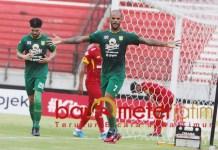 SELEBRASI: Pemain Persebaya, David da Silva melakukan selebrasi usai cetak gol. | Foto: Barometerjatim.com/DANI IQBAAL