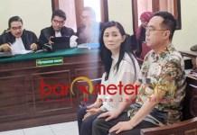 SIDANG: Henry Gunawan dan Iuneke Anggraini jalani sidang di PN Surabaya. | Foto: Barometerjatim.com/ABDILAH HR