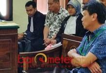 PERKARA JUAL BELI TANAH: Njio Tjat Tjin (kanan) saat bersaksi di PN Surabaya. | Foto: Barometerjatim.com/ABDILLAH HR