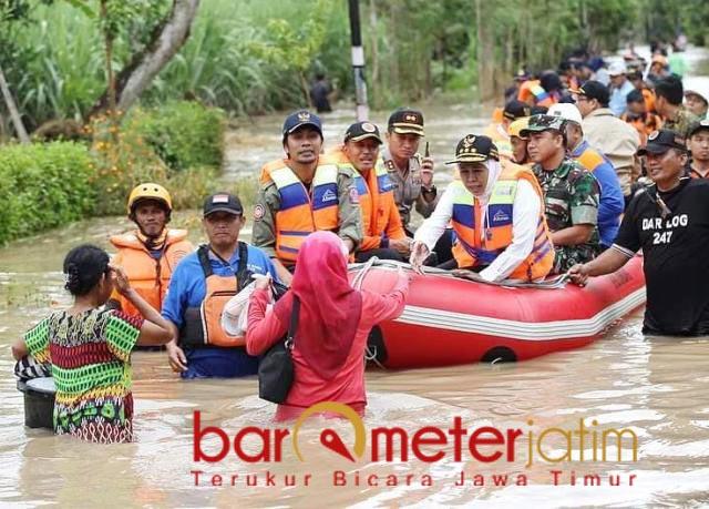 BANJIR MADIUN: Khofifah saat terjun ke banjir di Madiun pada Maret 2019. | Foto: Barometerjatim.com/DOK
